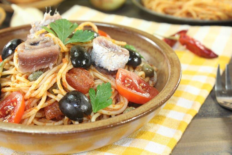 意粉alla puttanesca用橄榄和蕃茄 免版税库存图片
