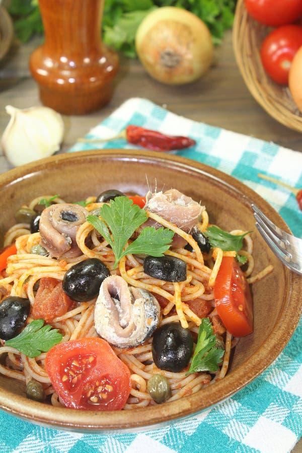 意粉alla puttanesca用橄榄和鲥鱼 免版税库存图片