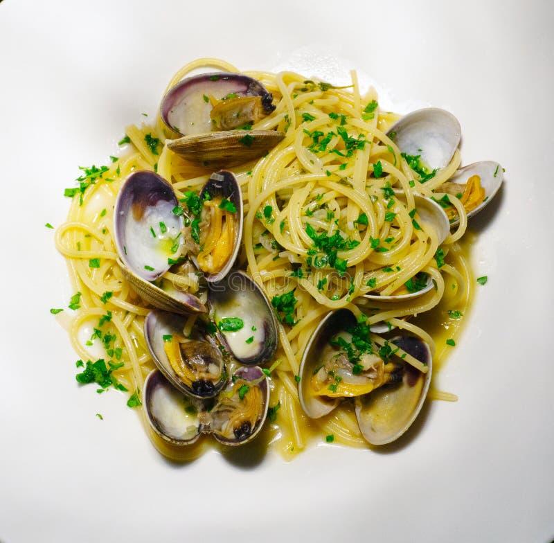 意粉alle Vongole 面团用海鲜和贝类 传统意大利的意大利面食 免版税库存图片