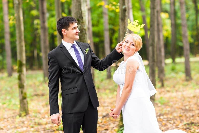 愚人节 婚礼夫妇摆在与棍子嘴唇的,面具 库存照片