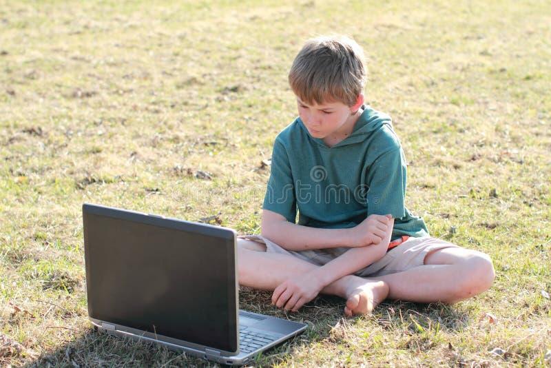 感兴趣的男孩计算机 免版税图库摄影