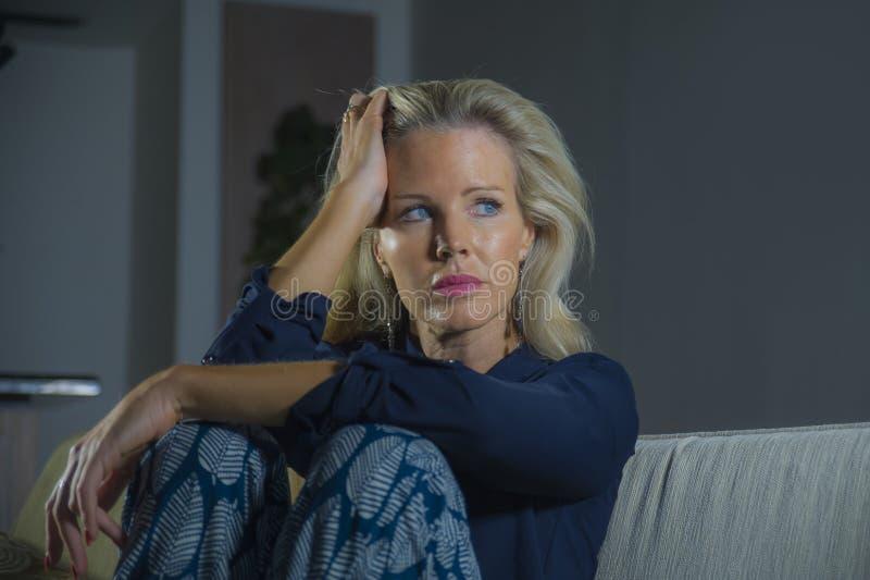 感到可爱和哀伤的妇女生活方式剧烈的画象挫败和急切坐沮丧的沙发长沙发在家遭受 免版税库存图片
