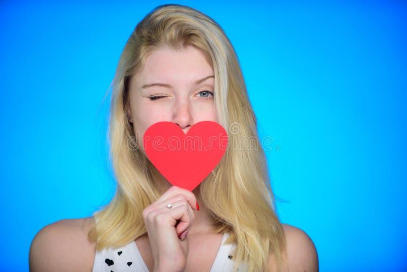 感到嬉戏 浪漫问候 情人节销售 日重点例证查出爱言情s华伦泰白色 有装饰心脏的妇女 日期 愉快 免版税图库摄影