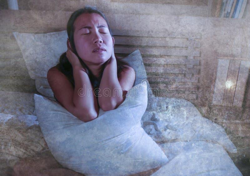 感到床遭受的消沉的忧虑和的失眠的哀伤和沮丧的亚裔韩国妇女凄惨 免版税库存图片