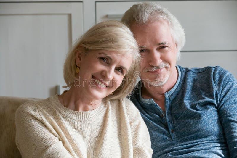 感到微笑的爱恋的成熟的夫妇特写画象愉快 免版税图库摄影