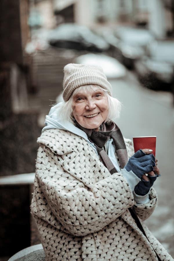 感到快乐的好年迈的妇女绝对愉快 库存图片