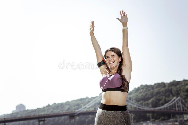 感到快乐的高兴的少妇非常愉快 免版税图库摄影