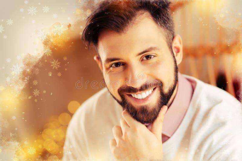 感到情感有胡子的帅哥非常正面在与女朋友的日期以后 免版税库存图片