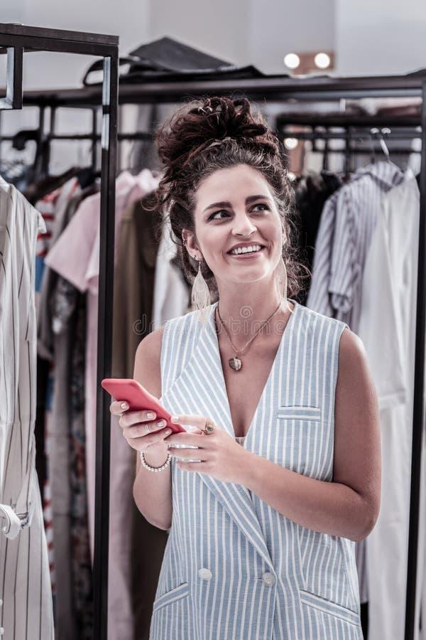 感到愉快的微笑的妇女惊人,当购物有不少时间时 免版税库存图片