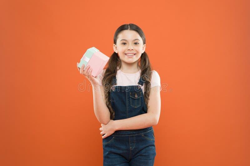 感到感恩对好礼物 惊奇和宜人的礼物 儿童愉快的举行礼物盒 ?? 孩子女孩欢欣 免版税库存照片
