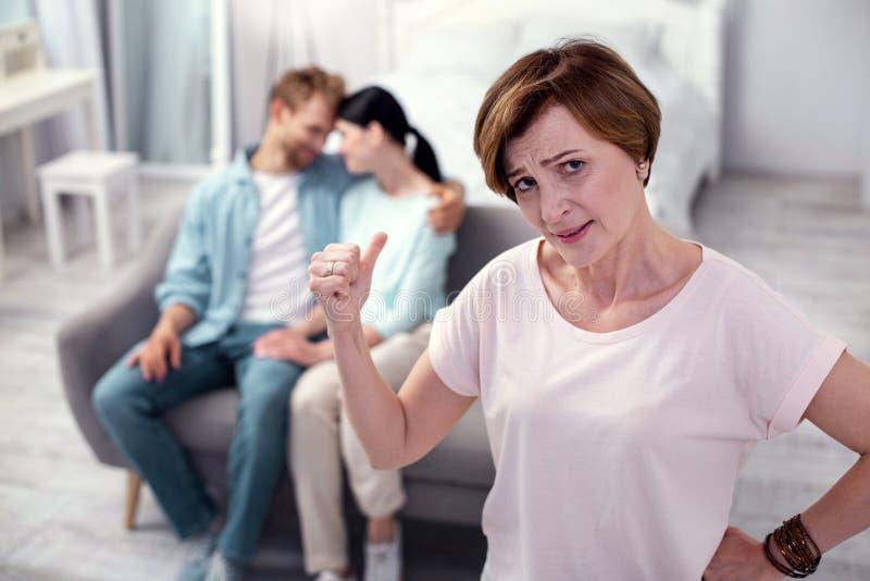 感到沮丧的资深的妇女不快乐 库存图片