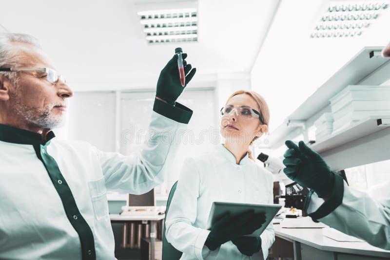 感到的化学家好奇等待研究的结果 库存照片