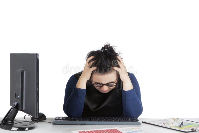 感到的妇女头昏眼花与金融危机 免版税库存图片