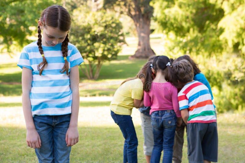 感到的小女孩左在公园 库存照片