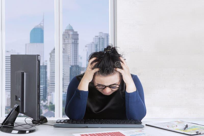 感到肥胖的妇女头昏眼花在办公室 免版税库存图片