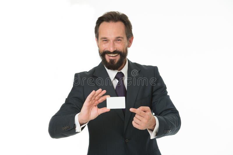 感到自由与我联系 商人愉快的举行塑料空白的白色卡片 商人运载信用卡 班卓琵琶 库存照片