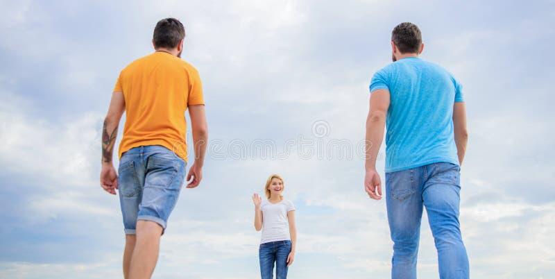 感到自由选择 妇女采撷伙伴 做出生活选择 推测日期去的好男朋友 单身妇女 免版税库存图片