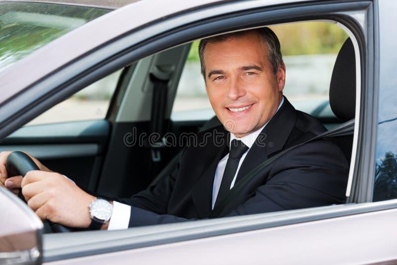感到舒适在他新的汽车 库存图片
