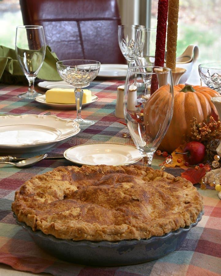 感恩与苹果饼的饭桌 库存照片