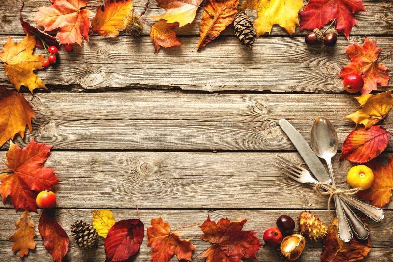 感恩与葡萄酒银器的秋天背景 免版税图库摄影