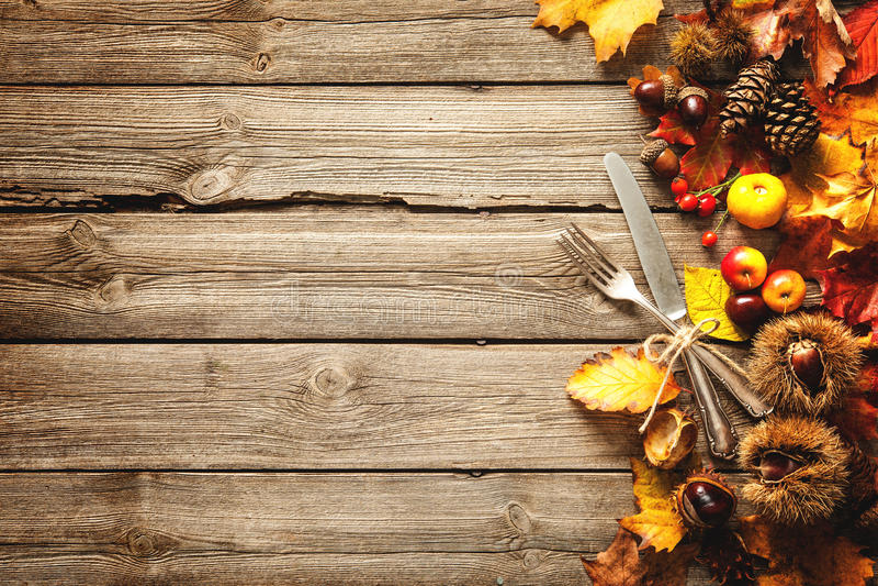 感恩与葡萄酒银器的秋天背景 库存照片