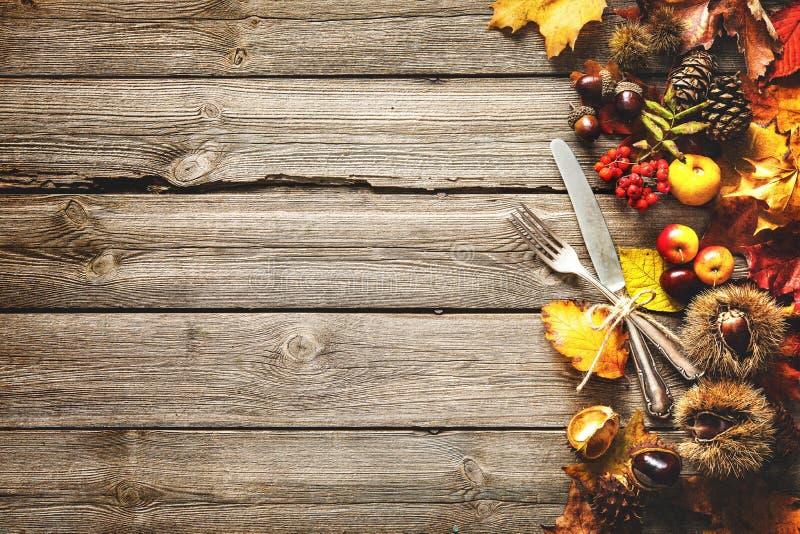 感恩与葡萄酒银器的秋天背景 免版税库存照片