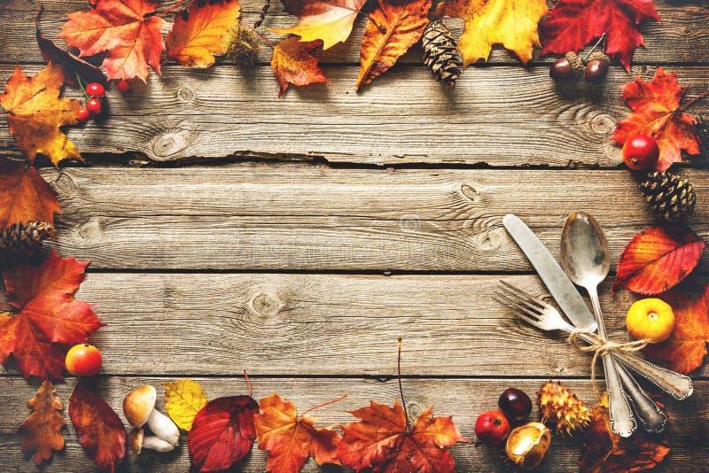 感恩与葡萄酒银器的秋天背景 库存图片