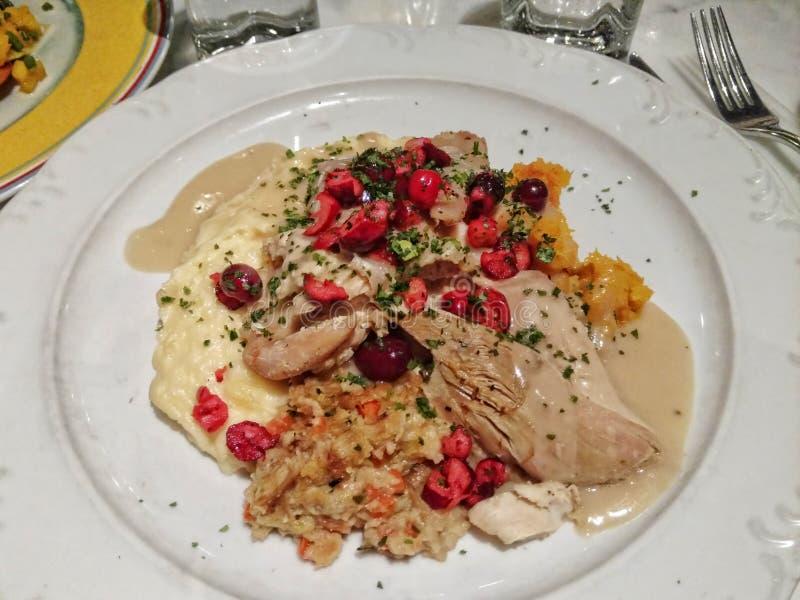 感恩在一块白色板材的土耳其晚餐 免版税库存图片