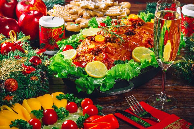 感恩日 圣诞节桌晚餐时间用在圣诞节样式装饰的烤肉 一个家庭假日的概念 免版税库存照片