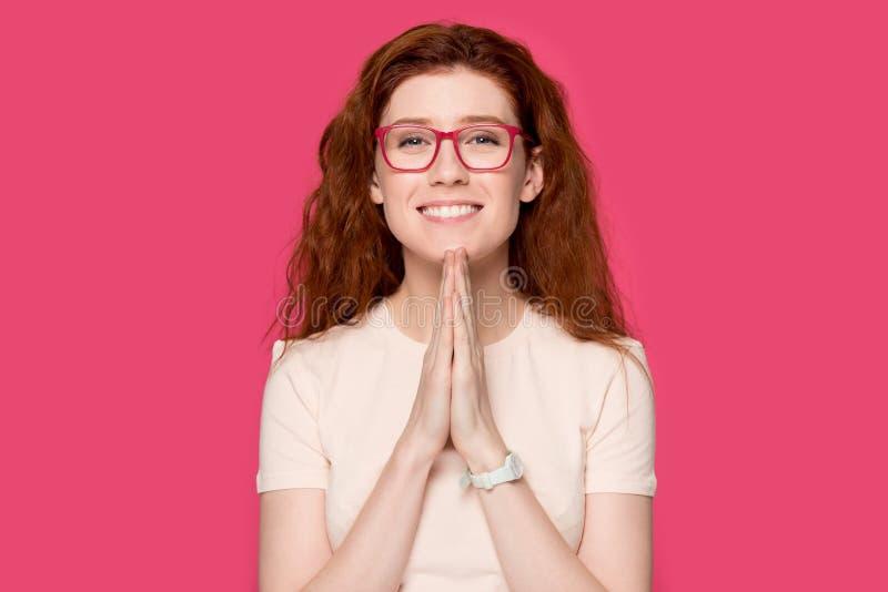 感恩的红头发人女孩用祷告手感到感激 免版税库存照片