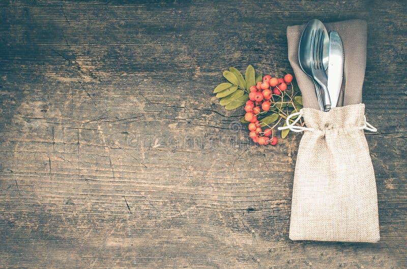 感恩秋天与利器的餐位餐具 库存照片