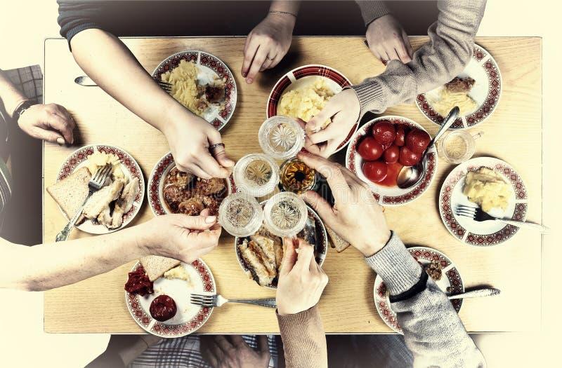 感恩,圣诞节 与家庭的一个节日晚会 各种各样的快餐和酒在玻璃提出了多士和meeti喜悦  免版税库存图片