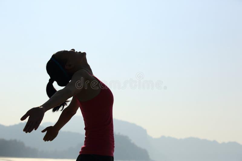 感激的在山峰的妇女开放胳膊 库存图片
