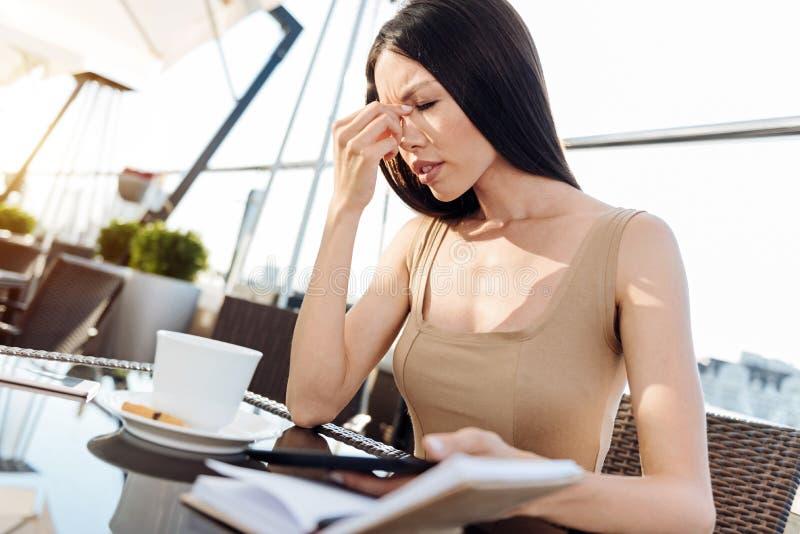 感觉宜人的坚硬的职业妇女疲倦 库存照片