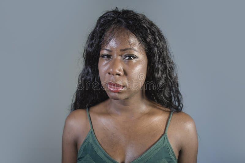 感觉年轻可爱的哀伤的沮丧的黑人非裔美国人的妇女坏和绝望遭受的忧虑危机和消沉prob 免版税图库摄影