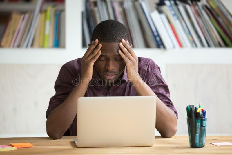 感觉沮丧的黑人压下在坐与l的失败以后 免版税库存图片