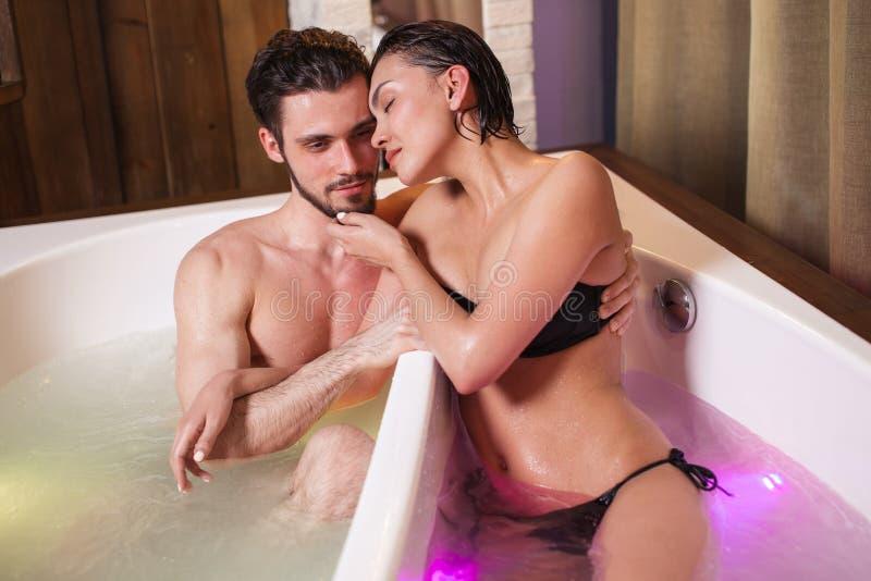 感觉温暖在恋人之间的 免版税库存图片