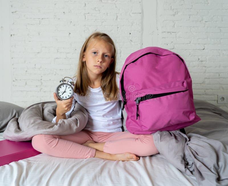 感觉逗人喜爱的女孩非常疲倦了清早不要准备好学校 库存照片