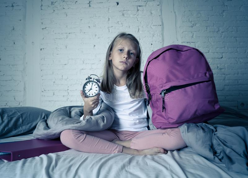 感觉逗人喜爱的女孩非常疲倦了清早不要准备好学校 免版税图库摄影