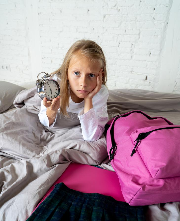 感觉逗人喜爱的女孩非常疲倦了清早不要准备好学校 库存图片