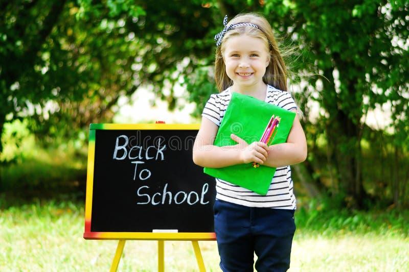 感觉滑稽的矮小的女小学生激发关于回到scho 免版税库存图片
