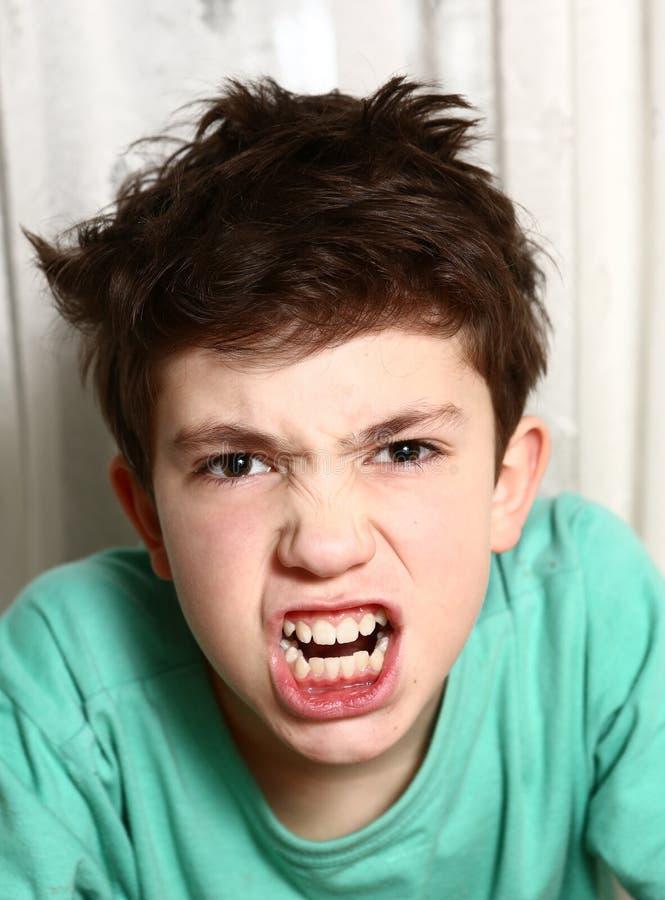 愤怒愤怒情感特写镜头画象的男孩 免版税库存照片