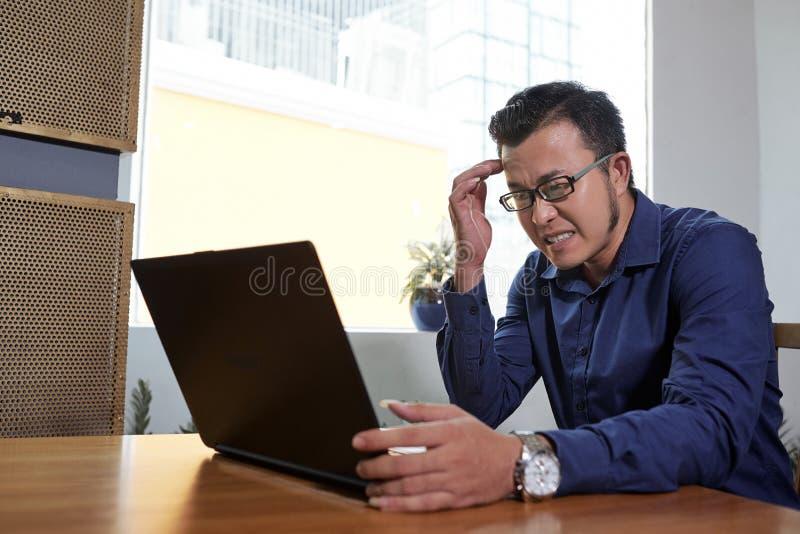 愤怒的亚洲商人 免版税库存图片