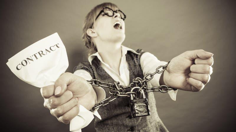 愤怒的妇女用被束缚的手和合同 库存照片