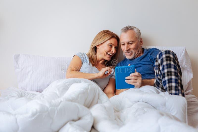 愿意考虑的妻子感觉,当观看与丈夫时的喜剧 免版税库存照片