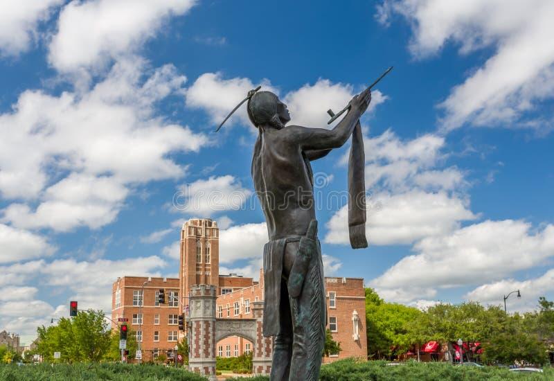 愿我们在俄克拉何马大学有和平古铜色雕象 免版税库存图片