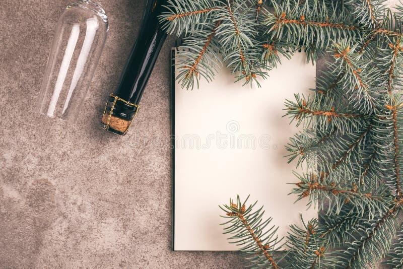 愿望的便笺簿和在板岩bacground的圣诞树 免版税库存照片