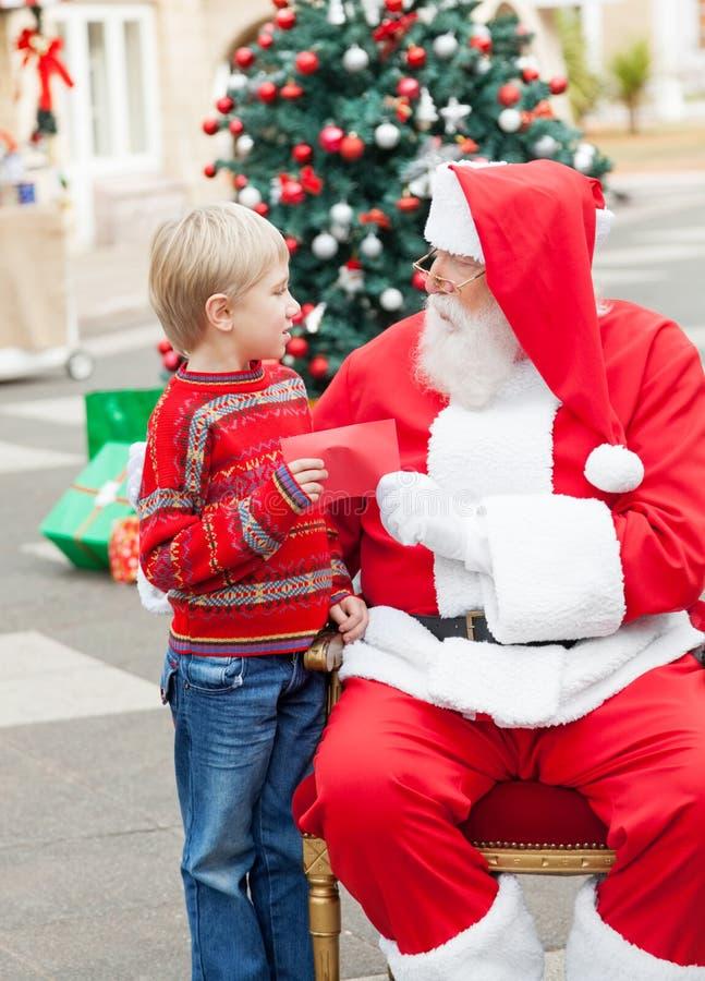 给愿望的男孩圣诞老人 库存图片