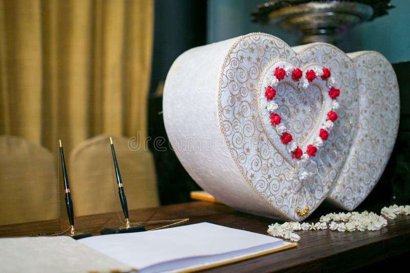 愿望辅助部件书临近泰国婚礼的礼物盒 免版税库存图片