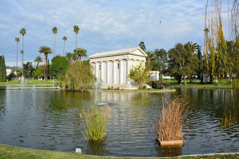 慈善家威廉A坟茔  克拉克小 横跨永远好莱坞公墓的Sylvan湖在洛杉矶,加州 免版税库存照片